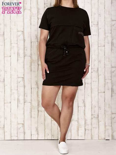 Czarna sukienka dresowa wiązana w pasie PLUS SIZE                                  zdj.                                  2