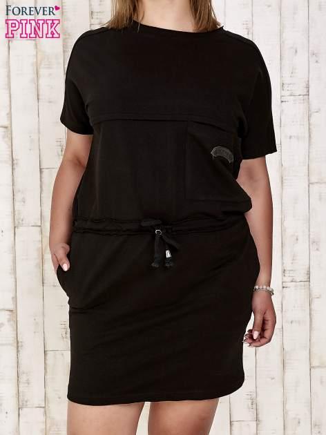 Czarna sukienka dresowa wiązana w pasie PLUS SIZE