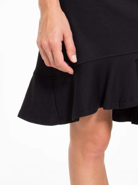 Czarna sukienka dresowa z falbaną na dole                                  zdj.                                  9