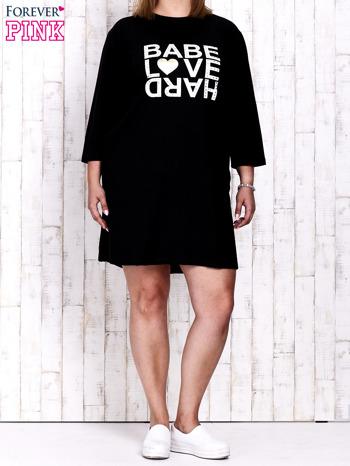 Czarna sukienka dresowa z napisem BABE PLUS SIZE                                  zdj.                                  2