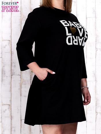 Czarna sukienka dresowa z napisem BABE PLUS SIZE                                  zdj.                                  3