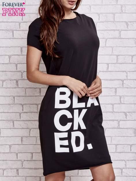 Czarna sukienka dresowa z napisem BLACKED                                  zdj.                                  3