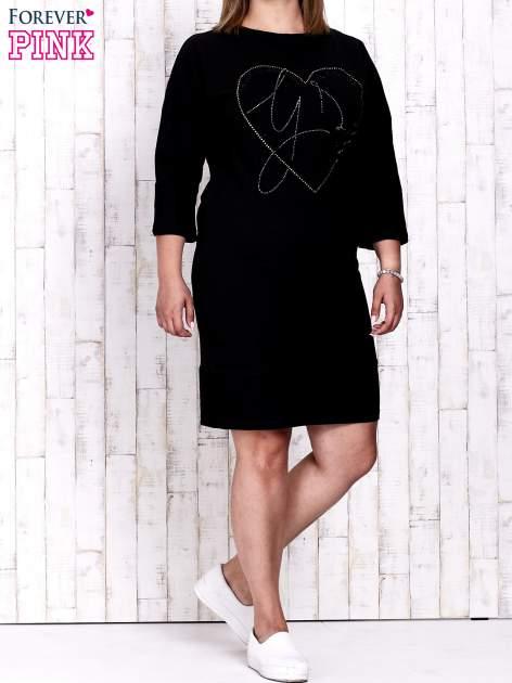 Czarna sukienka dresowa z sercem z dżetów PLUS SIZE                                  zdj.                                  2