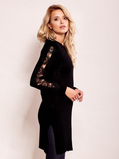 Czarna sukienka dzianinowa z koronką na rękawach                              zdj.                              3