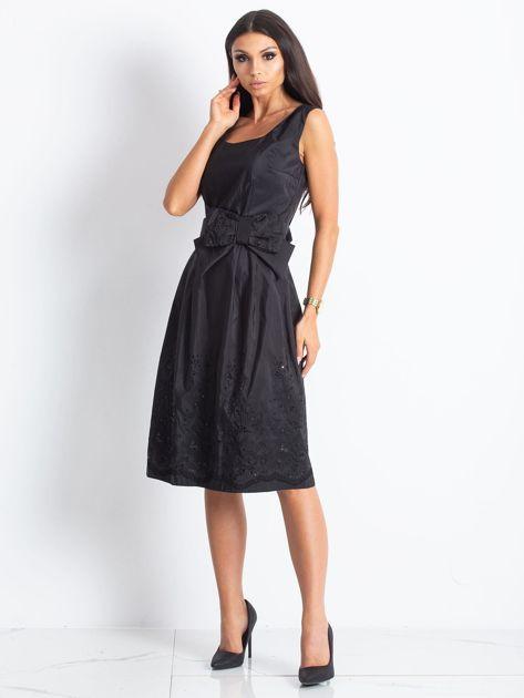 Czarna sukienka koktajlowa z kokardą                              zdj.                              2