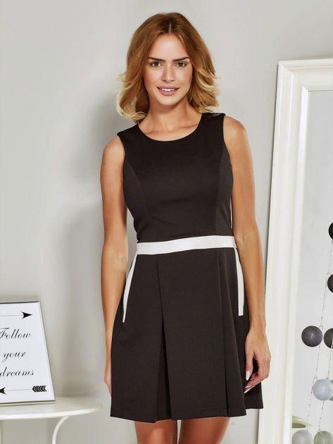 Czarna sukienka koktajlowa ze skórzaną wstawką                              zdj.                              1