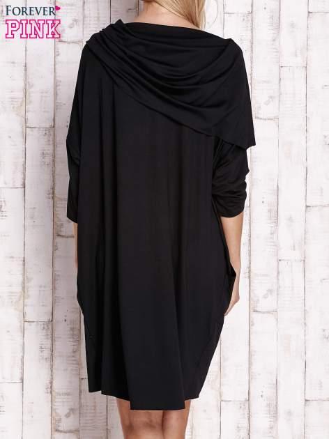 Czarna sukienka oversize z wywijanym kołnierzem                                  zdj.                                  4