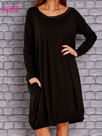 Czarna sukienka oversize ze ściągaczem na dole                                   zdj.                                  1