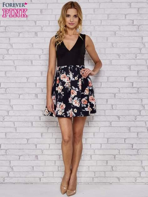Czarna sukienka skater z kwiatowym dołem                                  zdj.                                  2