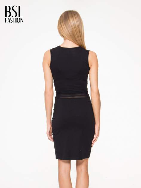 Czarna sukienka tuba z tiulowymi wycięciami                                  zdj.                                  4