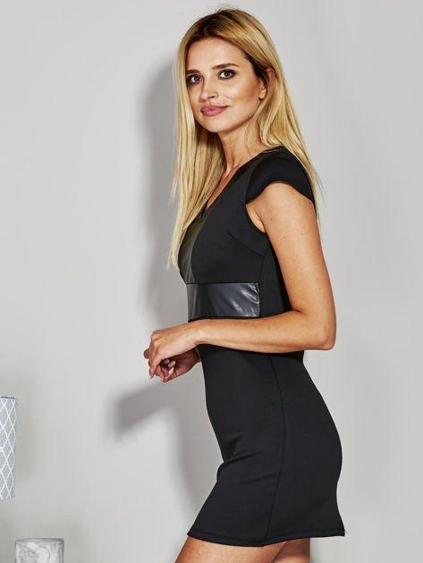 Czarna sukienka tuba ze skórzanymi wstawkami