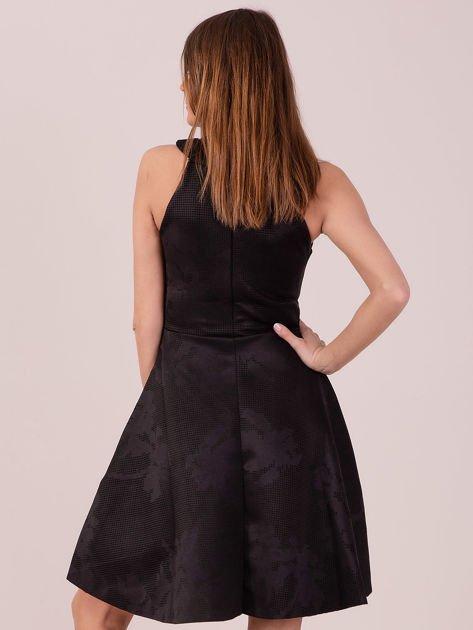 Czarna sukienka w atłasowy kwiatowy wzór                                  zdj.                                  5