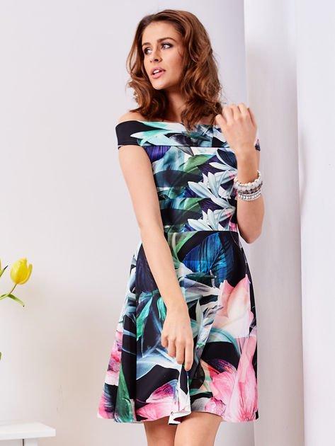 Czarna sukienka w egzotyczne desenie                              zdj.                              3