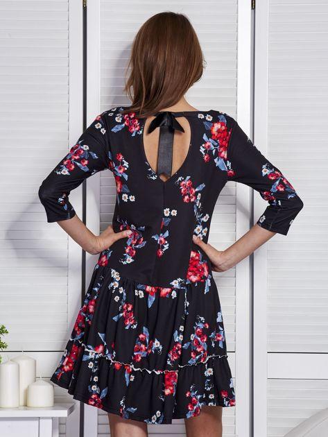 Czarna sukienka w kwiaty z wycięciem na plecach                                  zdj.                                  2