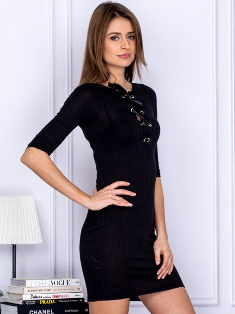 Czarna sukienka w prążek z dekoltem lace up                                  zdj.                                  5