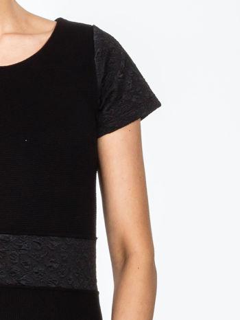 Czarna sukienka z aplikacją w pasie i na rękawach                                  zdj.                                  5