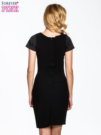 Czarna sukienka z aplikacją w pasie i na rękawach                                  zdj.                                  2