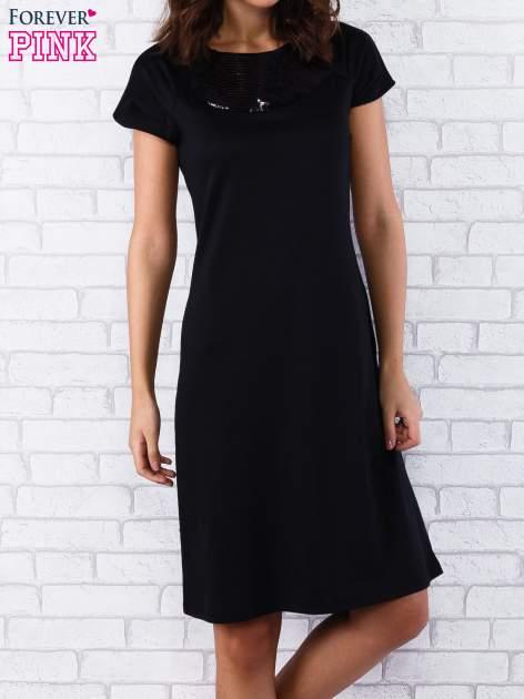 Czarna sukienka z cekinowym wykończeniem przy dekolcie                                  zdj.                                  4