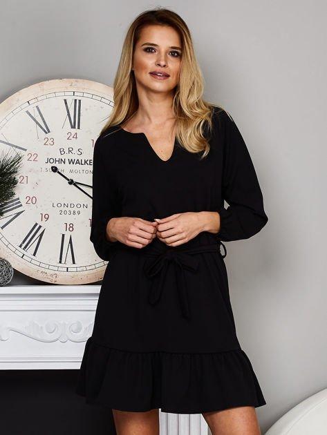 Czarna sukienka z falbaną i wiązaniem                              zdj.                              1