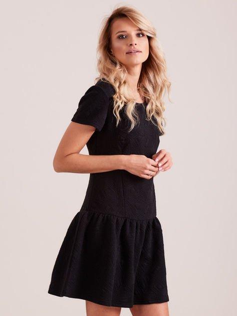 Czarna sukienka z falbaną wytłaczana w geometryczny wzór                                  zdj.                                  1