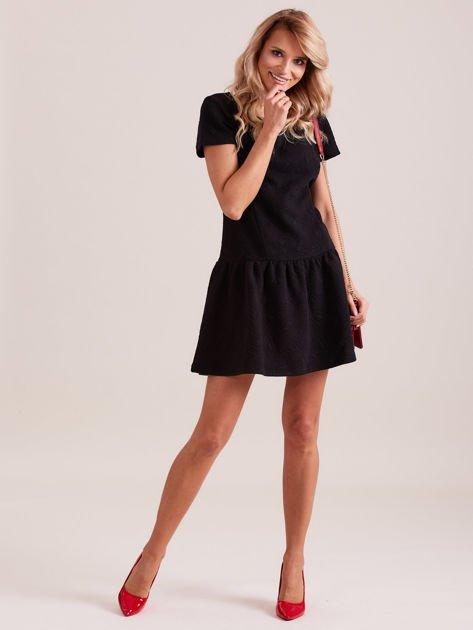 Czarna sukienka z falbaną wytłaczana w geometryczny wzór                                  zdj.                                  3