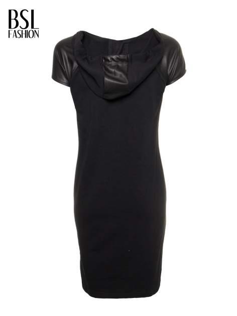 Czarna sukienka z kapturem z wstawkami ze skóry                                  zdj.                                  3