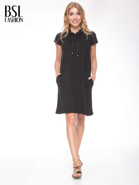 Czarna sukienka z kapturem z wstawkami ze skóry                                  zdj.                                  6