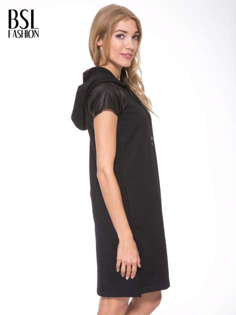Czarna sukienka z kapturem z wstawkami ze skóry                                  zdj.                                  4