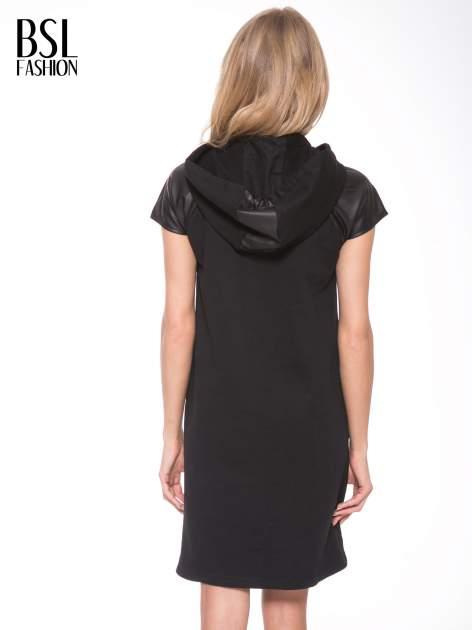 Czarna sukienka z kapturem z wstawkami ze skóry                                  zdj.                                  5