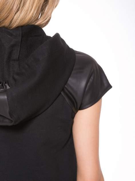 Czarna sukienka z kapturem z wstawkami ze skóry                                  zdj.                                  7