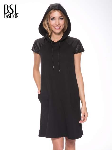 Czarna sukienka z kapturem z wstawkami ze skóry                                  zdj.                                  10