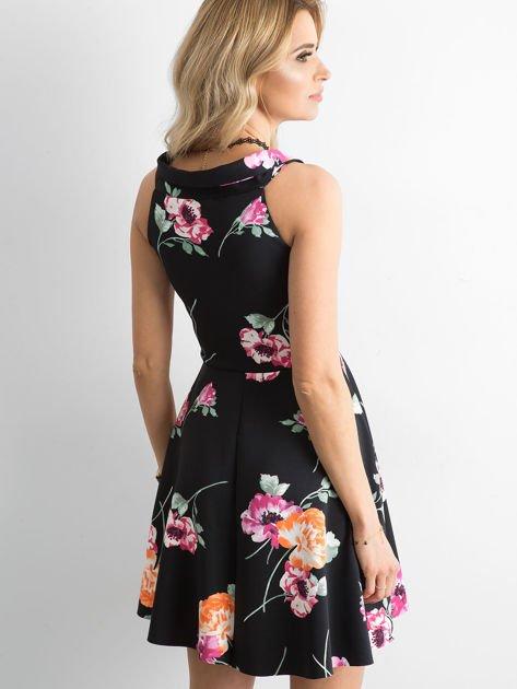 Czarna sukienka z kolorowym printem                              zdj.                              3