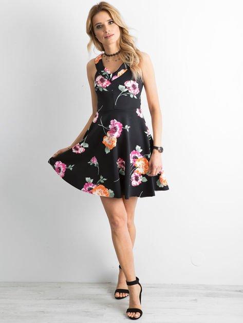 Czarna sukienka z kolorowym printem                                  zdj.                                  4