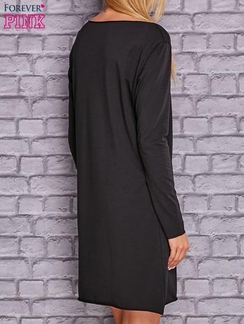 Czarna sukienka z ozdobną przypinką                              zdj.                              4