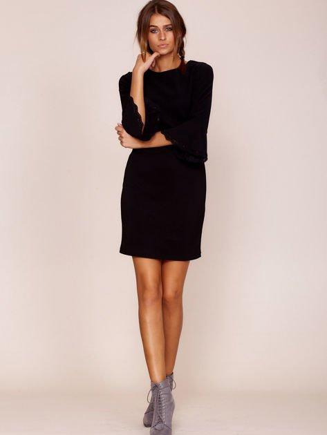 Czarna sukienka z rozszerzanymi rękawami                              zdj.                              4