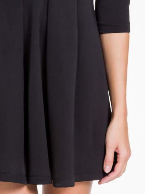 Czarna sukienka z tiulowym głębokim dekoltem                                  zdj.                                  6