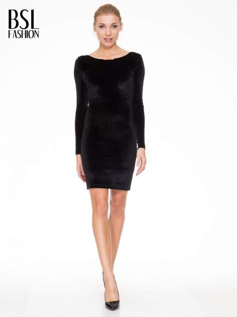Czarna sukienka z welwetu z dekoltem open back                                  zdj.                                  2