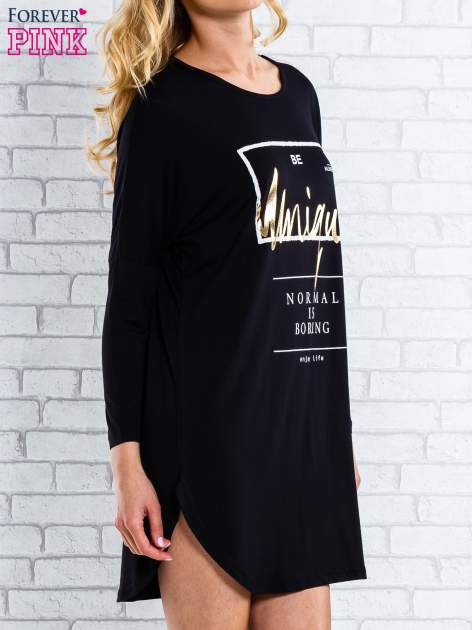Czarna sukienka ze złotym napisem UNIQUE                                  zdj.                                  3