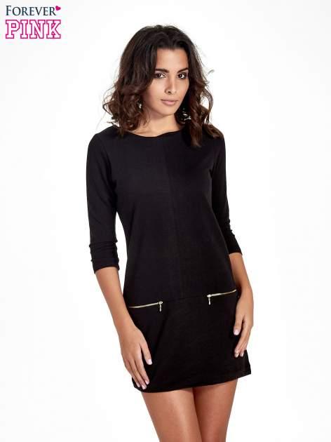Czarna sukienka ze złotymi suwakami
