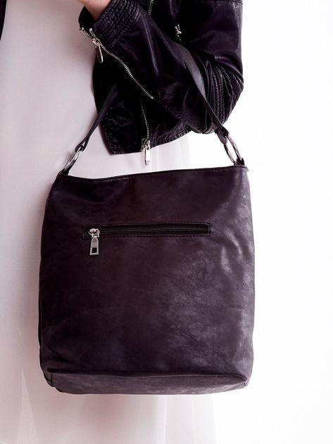 Czarna torba z kieszeniami i chwostem                              zdj.                              3