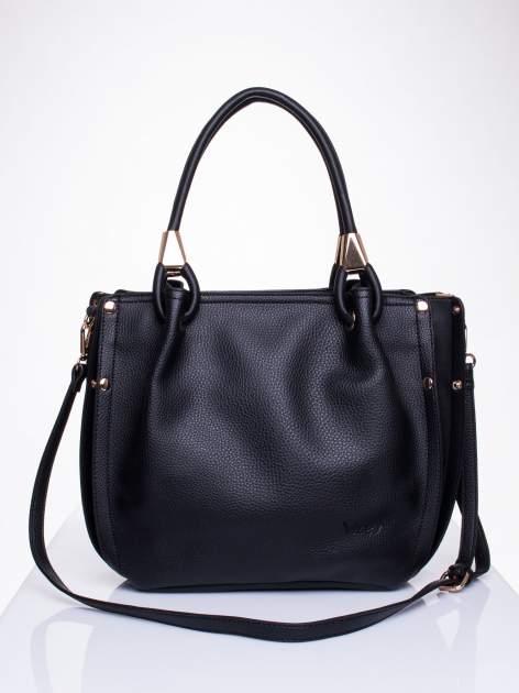 Czarna torba z ozdobnym uchwytem