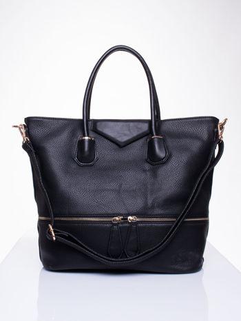 Czarna torba z ozdobnymi suwakami na dole
