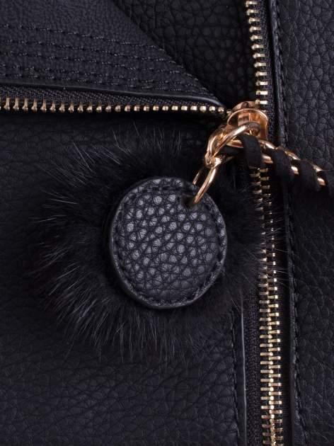 Czarna torba z rozpięciem i łańcuszkiem z przodu                                  zdj.                                  5