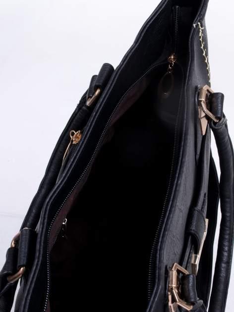 Czarna torba z tłoczonej skóry ze złotymi detalami                                  zdj.                                  11