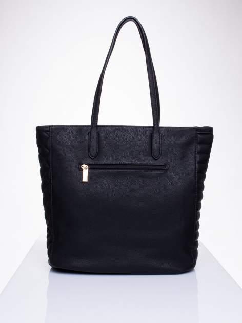 Czarna torba ze złoceniami i asymetrycznym pikowaniem po bokach                                  zdj.                                  2