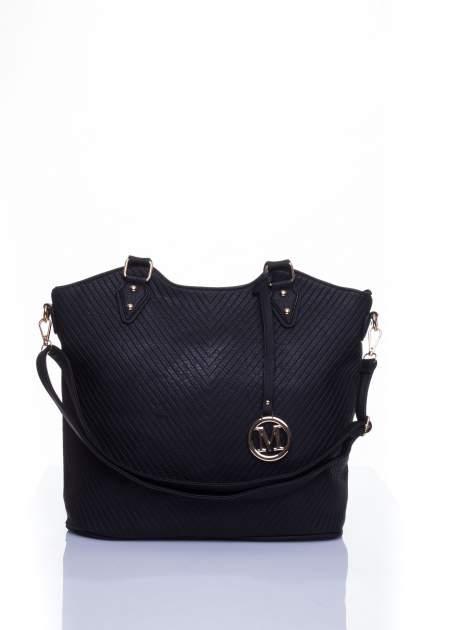 Czarna torebka fakturowana w pasy