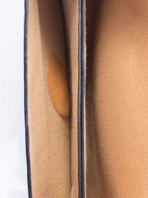 Czarna torebka listonoszka z falowanym wykończeniem                                  zdj.                                  6