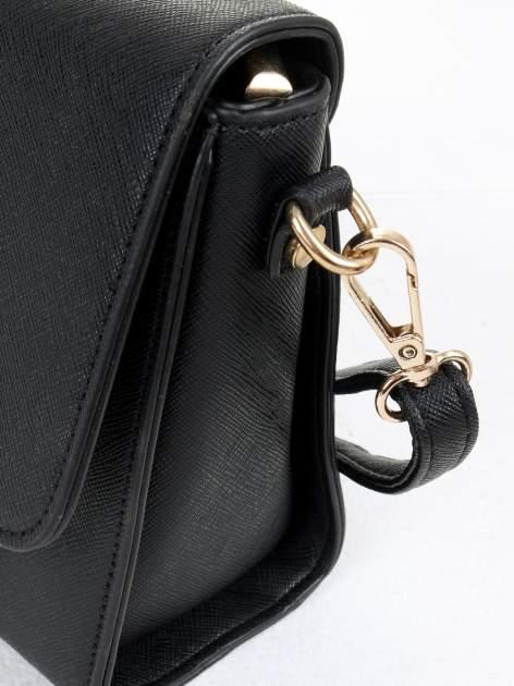 Czarna torebka listonoszka z klapką ze skóry saffiano                                  zdj.                                  6