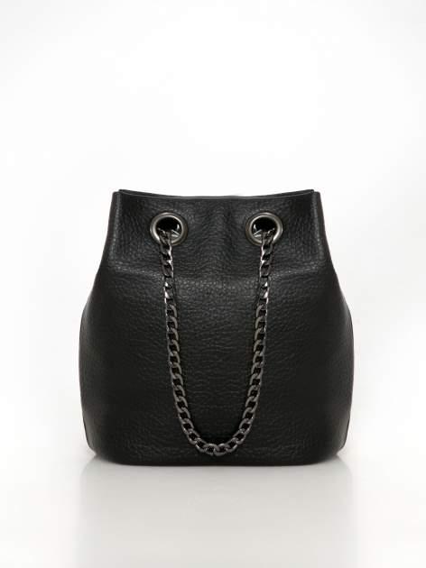 Czarna torebka typu worek na łańcuszku