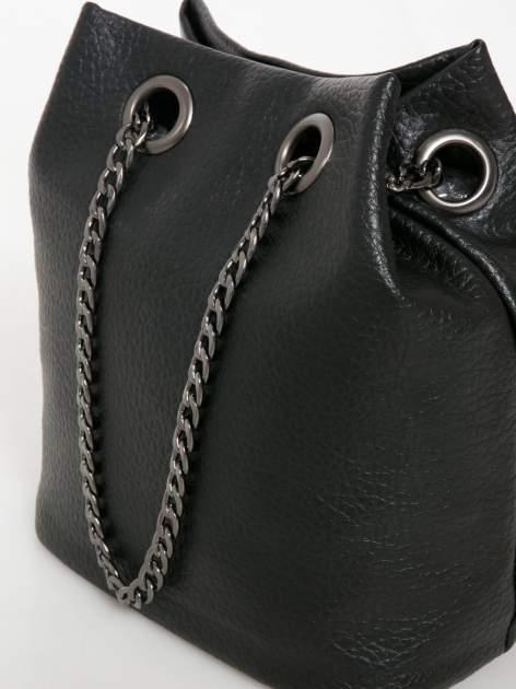 Czarna torebka typu worek na łańcuszku                                  zdj.                                  3
